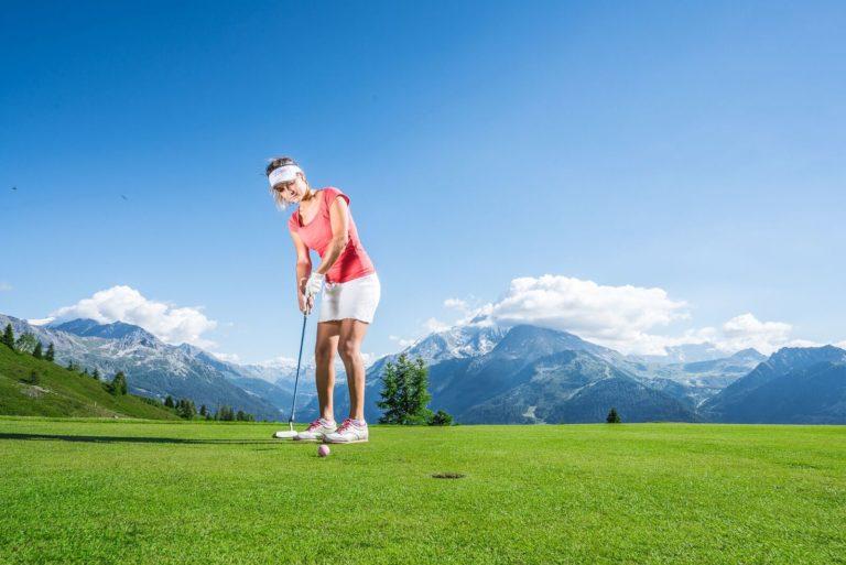 Golfeuse jouant sur le parcours du Golf de La Rosière
